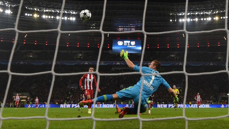 """Вчера. Леверкузен. """"Байер"""" - """"Атлетико"""" - 2:4. 25-я минута. Гол Антуана ГРИЗМАННА. Фото AFP"""