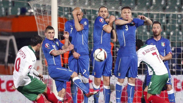 28 марта 2015 года. София. Болгария - Италия - 2:2. Ивелин ПОПОВ (слева) исполняет штрафной удар. Фото Reuters