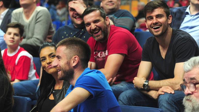 Зоран ТОШИЧ (в синем) и Неманья ПЕЙЧИНОВИЧ (в верхнем ряду справа) на матче баскетбольного ЦСКА. Фото Никита УСПЕНСКИЙ, «СЭ»