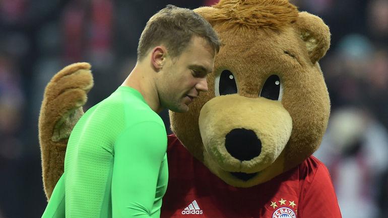"Мануэль НОЙЕР и маскот ""Баварии"". Фото Reuters"
