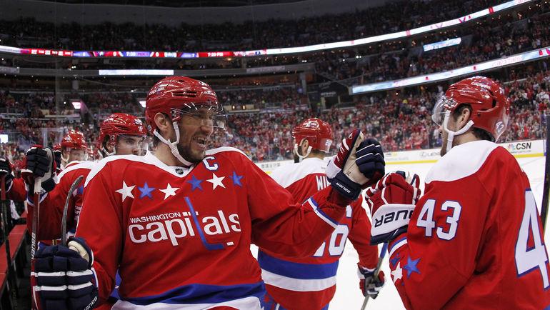 """Сегодня. Вашингтон. """"Вашингтон"""" - 2:1. Александр ОВЕЧКИН поздравляет партнеров с победой. Фото USA TODAY Sports"""