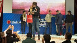 Победитель Олимп-Кубка РФПЛ по киберфутболу - представитель ЦСКА Андрей Timon ГУРЬЕВ с трофеем.