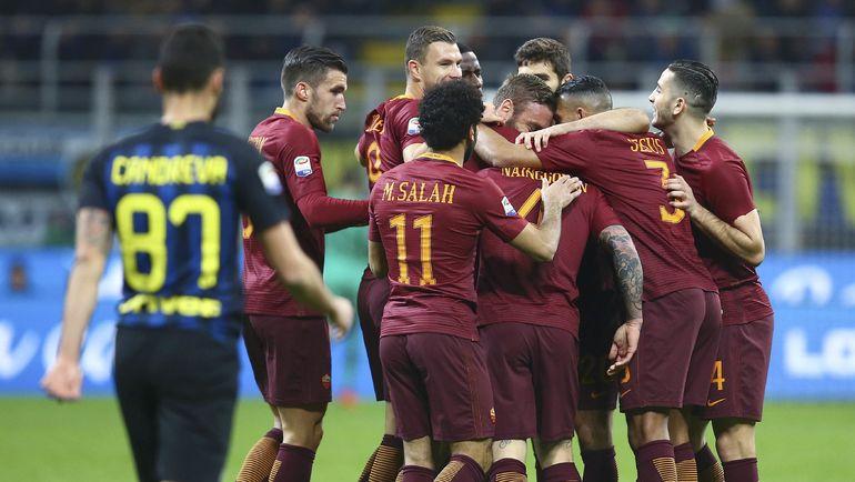 """Вчера. Милан. """"Интер"""" - """"Рома"""" - 1:3. Игроки римской команды празднуют очередной гол в ворота соперника. Фото AFP"""