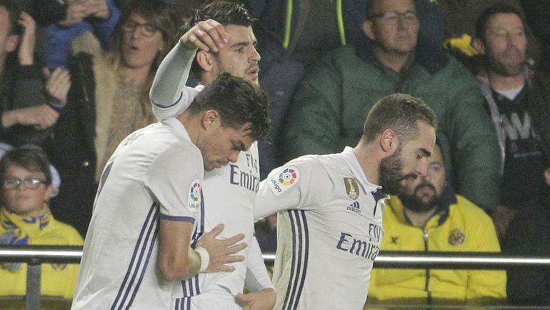 """Вчера. Вильярреал. """"Вильярреал"""" - """"Реал"""" - 2:3. Альваро МОРАТА (в центре) празднует победный гол с ПЕПЕ (слева) и Дани КАРВАХАЛЕМ. Фото Reuters"""