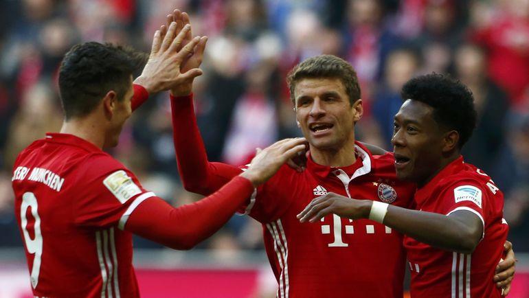 """Суббота. Мюнхен. """"Бавария"""" - """"Гамбург"""" - 8:0. Роберт ЛЕВАНДОВСКИ (слева), Томас Мюллер (в центре) и Давид АЛАБА празднуют один из голов. Фото Reuters"""