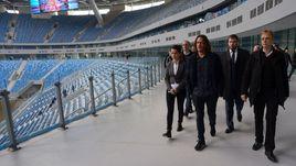 Понедельник. Санкт-Петербург. Визит комиссии ФИФА на стадион на Крестовском острове. Карлес ПУЙОЛЬ - в центре, Колин СМИТ - справа.