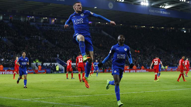 """Понедельник. Лестер. """"Лестер"""" - """"Ливерпуль"""" - 3:1. Джейми ВАРДИ (слева) празднует свой второй гол. Фото Reuters"""