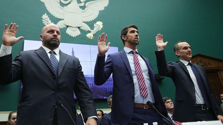 Трэвис ТАЙГАРТ (справа), Майкл ФЕЛПС (в центре) и Адам НЕЛЬСОН дают клятву перед началом слушаний о путях улучшения мировой антидопинговой системы. Фото Reuters