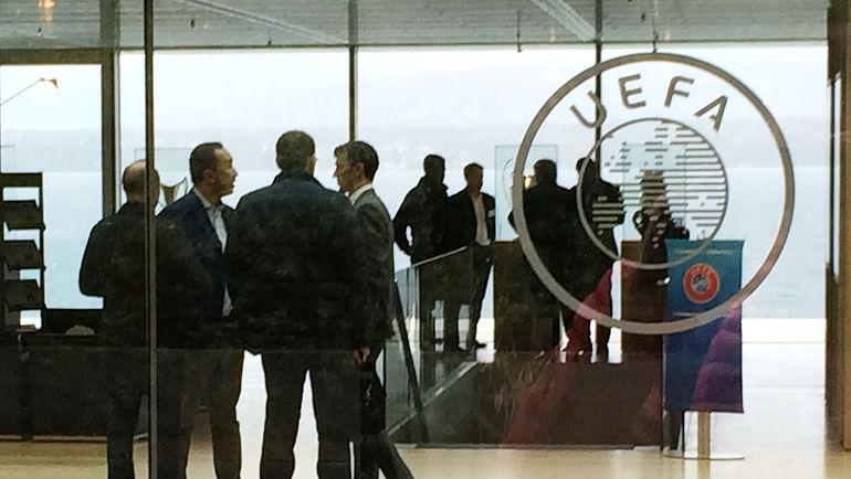 Роман ЕРЕМЕНКО (крайний справа) и его представитель Марко ТРАБУККИ в офисе УЕФА в Ньоне. Фото Филипп ПАПЕНКОВ, «СЭ»
