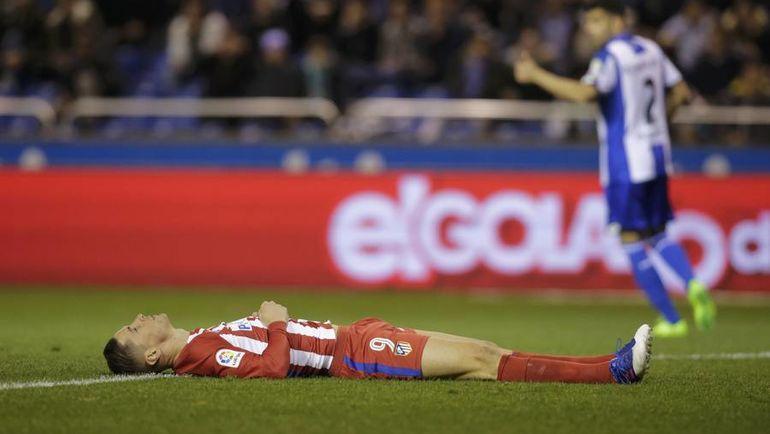 """Вчера. Ла-Корунья. """"Депортиво"""" - """"Атлетико"""" - 1:1. Фернандо ТОРРЕС получил тяжелую травму на 84-й минуте. Фото AFP"""