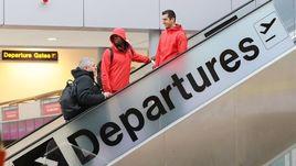 Вторник. Манчестер. Поль ПОГБА (в центре) и Генрих МХИТАРЯН (справа) готовятся к вылету в Ростов-на-Дону.