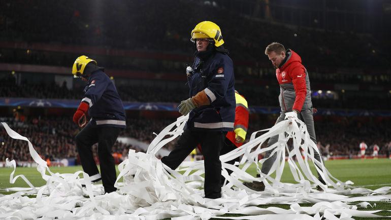 """Вторник. Лондон. """"Арсенал"""" - """"Бавария"""" - 1:5. Сотрудники """"Эмирейтс"""" очищают арену от туалетной бумаги. Фото Reuters"""