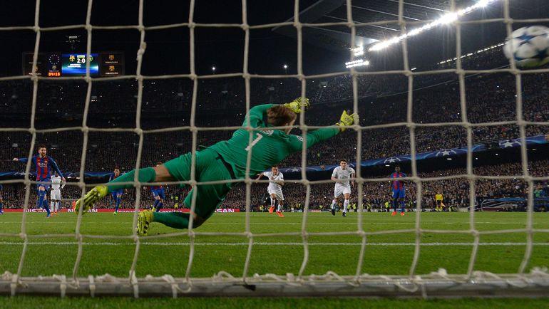 Лионель МЕССИ забивает пенальти. Фото AFP