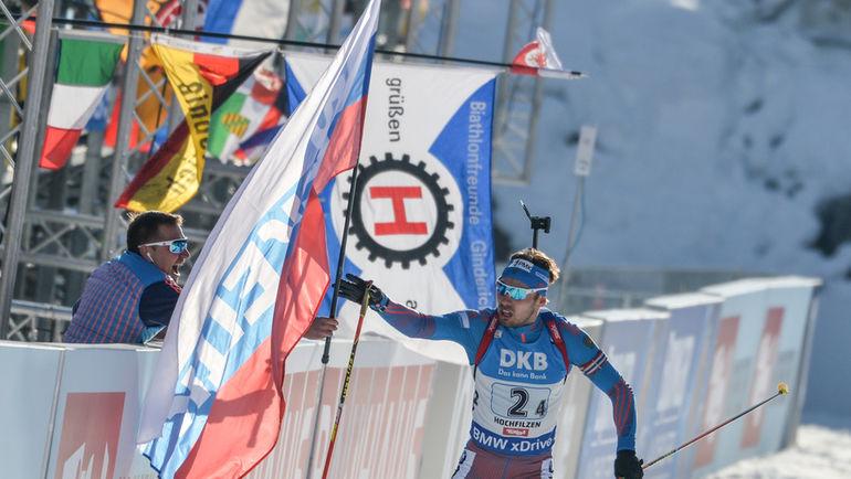Антон ШИПУЛИН продаст с аукциона и этот флаг, с которым он финишировал на ЧМ-2017 в Хохфильцене. Фото СБР, «СЭ»