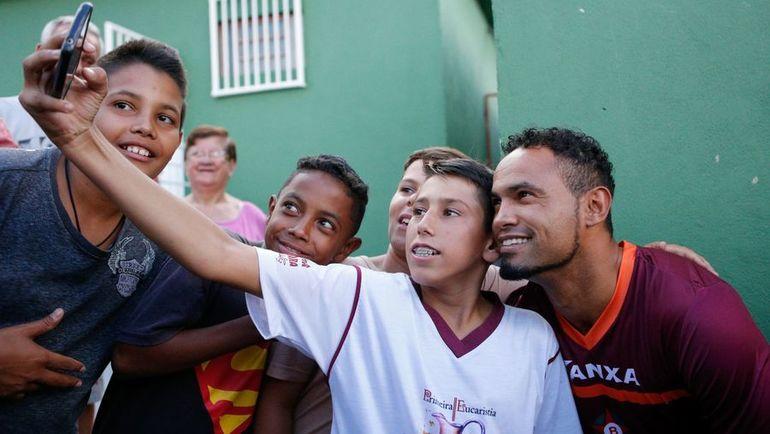 Бруну ФЕРНАНДЕШ (справа) фотографируется с фанатами. Фото AFP