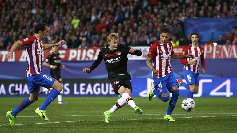 "Вчера. Мадрид. ""Атлетико"" - ""Байер"" - 0:0. Юлиан БРАНД атакует ворота Яна Облака. Фото Reuters"