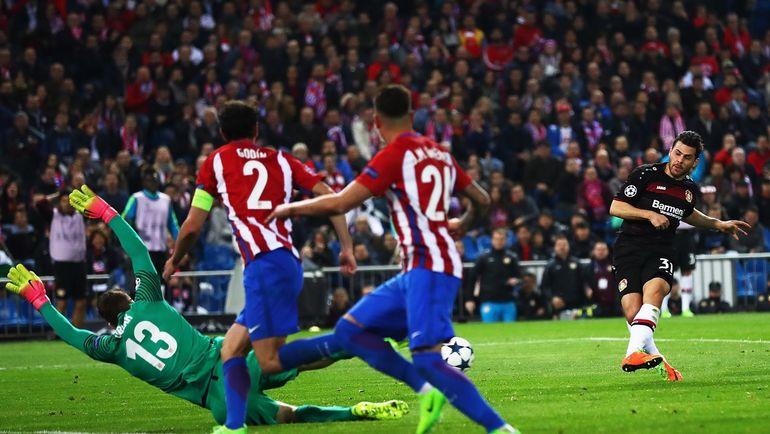 Ян ОБЛАК отражает первый удар Кевина ФОЛЛАНДА. Фото УЕФА
