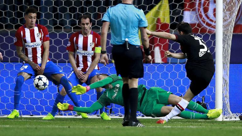 Ян ОБЛАК отражает второй удар Кевина ФОЛЛАНДА. Фото УЕФА