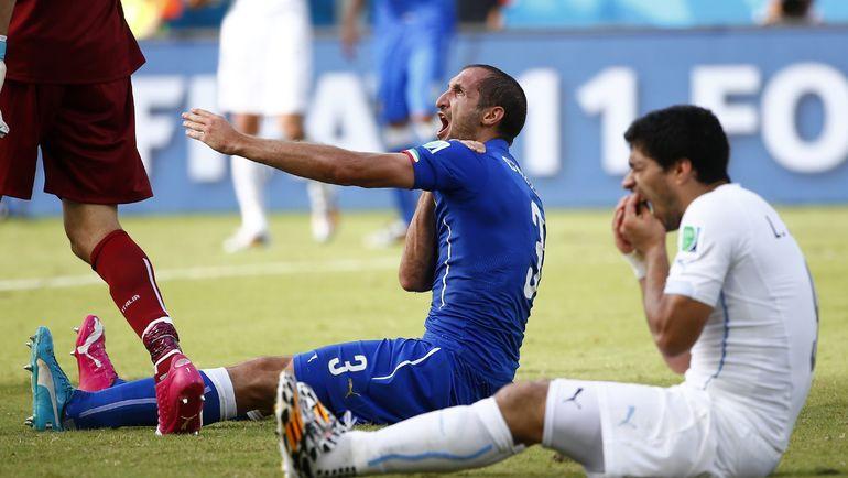 24 июня 2014 года. Натал. Италия - Уругвай - 0:1. Луис СУАРЕС (справа) и Джорджо КЬЕЛЛИНИ: после укуса. Фото Reuters
