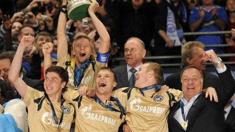 """14 мая 2008 года. Манчестер. """"Зенит"""" - """"Рейнджерс"""" - 2:0. Дик АДВОКАТ (справа) со своей командой празднует победу в Кубке УЕФА-2007/08. Фото AFP"""