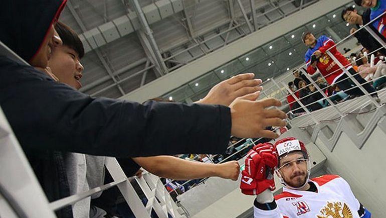 Местные болельщики оказали теплый прием российским хоккеистам. Фото ФХР