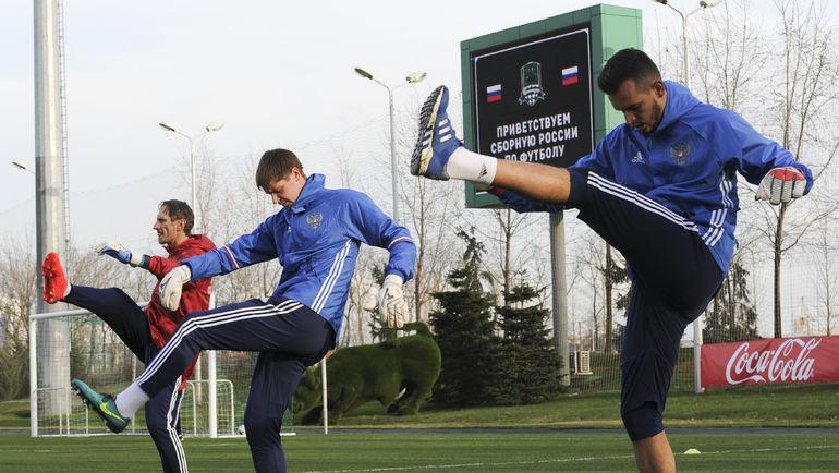 ГИЛЬЕРМЕ, Александр БЕЛЕНОВ и Гинтарас СТАУЧЕ (справа налево) на тренировке сборной. Фото Александр ФЕДОРОВ, «СЭ»