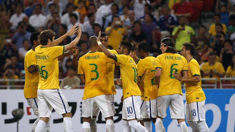 МАРИУ ФЕРНАНДЕС (№16) с НЕЙМАРОМ (№10) и другими партнерами по сборной Бразилии. Фото Reuters