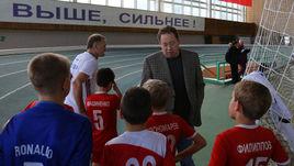 11 декабря 2016 года. Волгоград. Леонид СЛУЦКИЙ с детьми из своей футбольной школы.