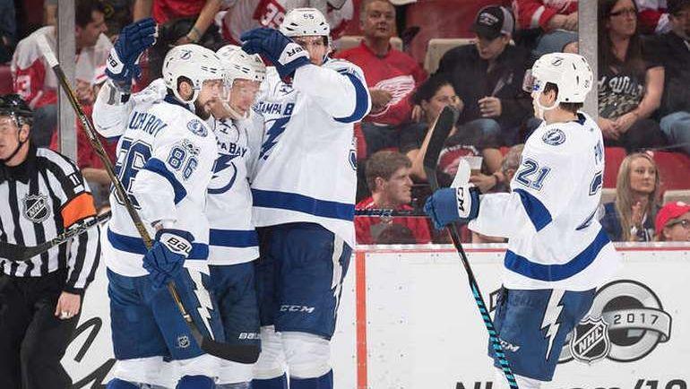 """Пятница. Детройт. """"Детройт"""" - """"Тампа Бэй"""" - 1:2. Никита КУЧЕРОВ (№86) празднует с партнерами забитый гол. Фото NHL.com"""