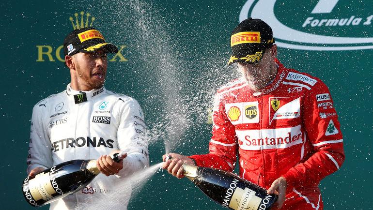 """Воскресенье. Мельбурн. Себастьян ФЕТТЕЛЬ (справа) празднует победу в """"Гран-при Австралии"""" на глазах у Льюиса ХЭМИЛТОНА. Фото Reuters"""