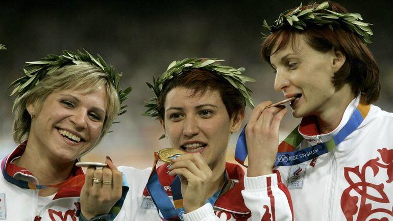 2004 год. Афины. Ирина СИМАГИНА, Татьяна ЛЕБЕДЕВА и Татьяна КОТОВА. Фото AFP