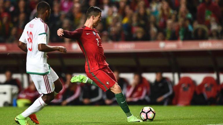 Суббота. Лиссабон. Португалия - Венгрия - 3:0. Криштиану РОНАЛДУ (справа) забивает гол. Фото Reuters
