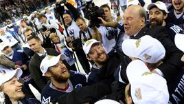 """30 апреля 2014 года. Магнитогорск. """"Металлург"""" Мг - """"Лев"""" - 7:4. Майк КИНЭН и его хоккеисты празднуют победу в Кубке Гагарина."""