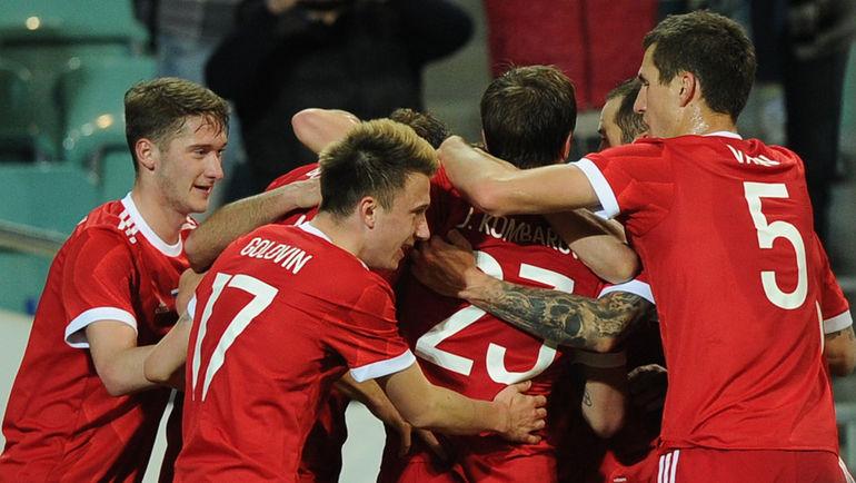 Сегодня. Сочи. Россия - Бельгия - 3:3. 90+2-я минута. Партнеры поздравляют Александра БУХАРОВА, который только что сравнял счет. Фото Александр ФЕДОРОВ, «СЭ»
