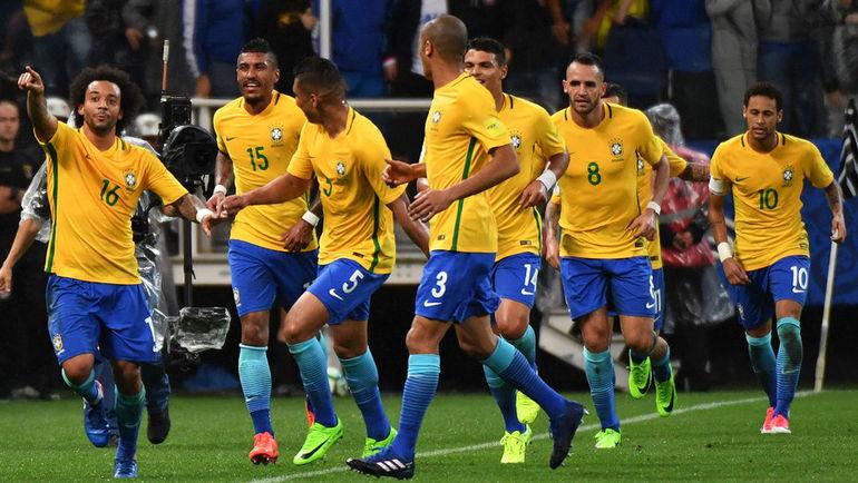 Вторник. Сан-Паулу. Бразилия - Парагвай - 3:0. Игроки сборной Бразилии празднуют забитый гол. Фото AFP