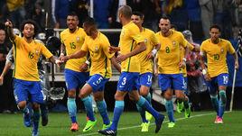 Вторник. Сан-Паулу. Бразилия - Парагвай - 3:0. Игроки сборной Бразилии празднуют забитый гол.