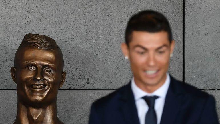 Сегодня. Мадейра. КРИШТИАНУ РОНАЛДУ (справа) и его бюст в аэропорту имени португальца. Фото AFP