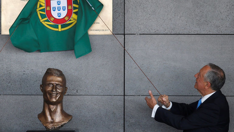 Среда. Майдера. Бюст Криштиану Роналду и президент Португалии Марселу РЕБЕЛУ ДИ СОЗА. Фото Reuters