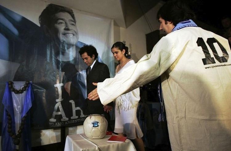 В церкви Диего Марадоны даже проводят бракосочетания.