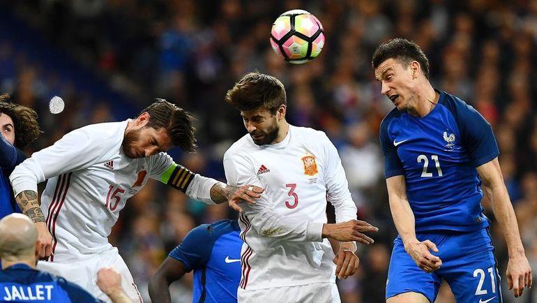 Жерар ПИКЕ (№3) в составе сборной Испании. Фото AFP