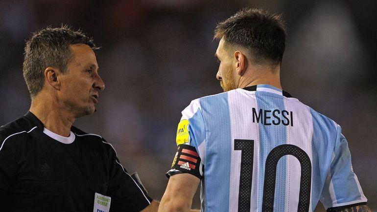 Капитан сборной Аргентины и арбитр Эмерсон АУГУСТУ. Фото AFP