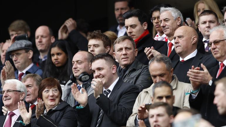 """Сегодня. Ливерпуль. """"Ливерпуль"""" - """"Эвертон"""" - 3:1. Дэниэл КРЕЙГ (в центре) на трибуне """"Энфилда"""". Фото Reuters"""