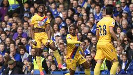 """Сегодня. Лондон. """"Челси"""" - """"Кристал Пэлас"""" - 1:2. Уилфред ЗАА (слева) празднует забитый мяч в ворота соперника."""