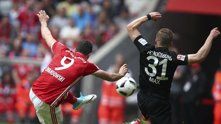 Роберт ЛЕВАНДОВСКИ отправляет один из трех мячей в ворота соперника. Фото Reuters