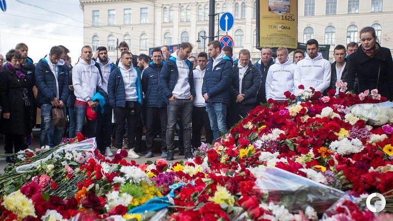 """Сегодня. Санкт-Петербург. Игроки """"Зенита"""" почтили память погибших в теракте."""