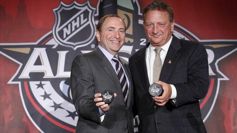 Юджин МЕЛНИК (справа) и комиссар НХЛ Гэри БЭТТМЕН. Фото REUTERS