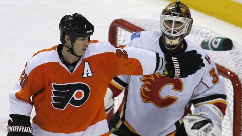 Один из самых грязных защитников НХЛ Крис ПРОНГЕР (слева). Фото Reuters