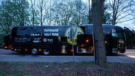 """Вторник. Дортмунд. Автобус """"Боруссии"""" после взрыва."""