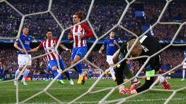 """Среда. Мадрид. """"Атлетико"""" – """"Лестер"""" – 1:0. 28-я минута. Антуан ГРИЗМАНН (в центре) только что провел победный гол ударом с 11-метровой отметки."""