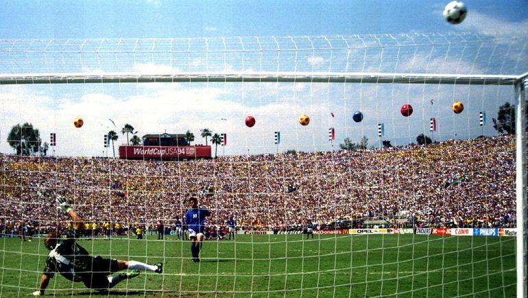 17 июля 1994 года. Пасадена. Бразилия – Италия – 0:0, пенальти – 3:2. Знаменитый промах  итальянца Роберто БАДЖО в серии послематчевых пенальти. Фото Reuters